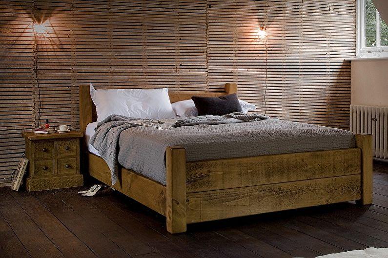 Двуспальная деревянная кровать