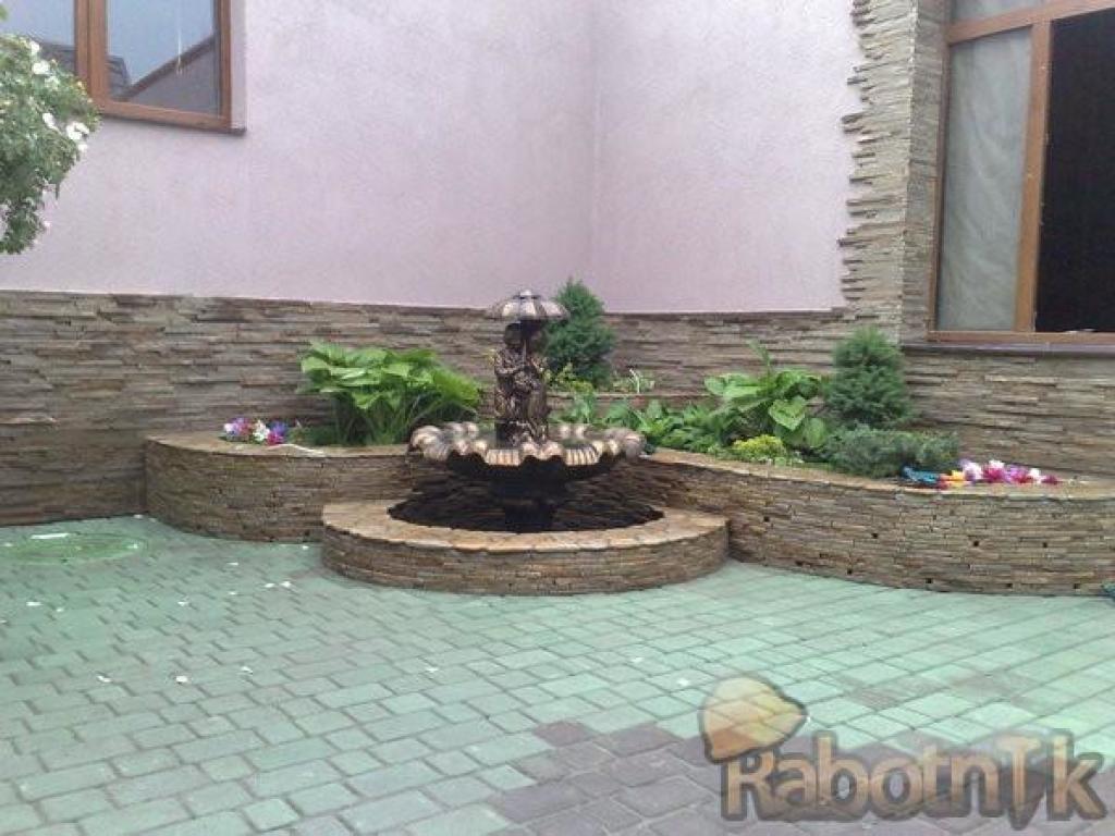 Клумбы из камня во дворе частного дома своими руками 16