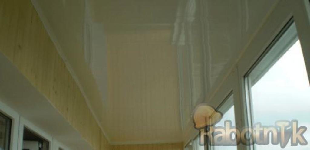 Обшивка потолка на балконе бесшовной пластиковой вагонкой..